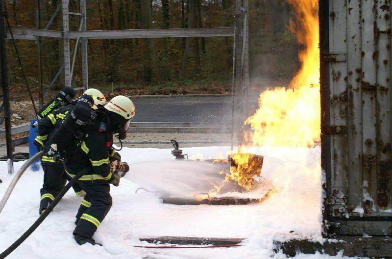 Löschen des Pumpenbrandes (Foto: romsn)