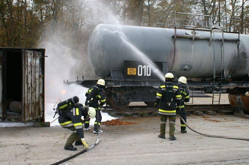 Kühlen des Kesselwagens und Löschen des Gasleitungsbrandes (Foto: romsn)