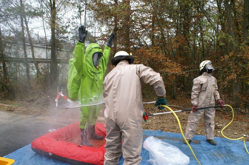 Dekontamination des CSA-Trupps mittels Deko-Circle (Foto: romsn)